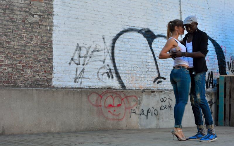 在街道的妇女和人跳舞在街道节日在跟特,比利时 库存图片