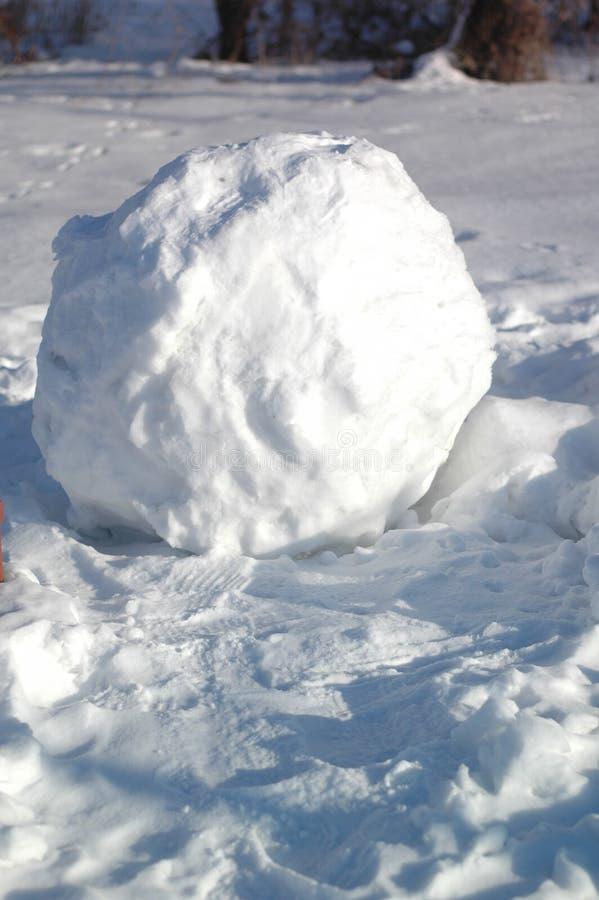 在街道的巨大的雪球 免版税图库摄影