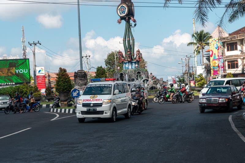 在街道的巴厘岛救护车登巴萨,2019年7月22日 库存图片