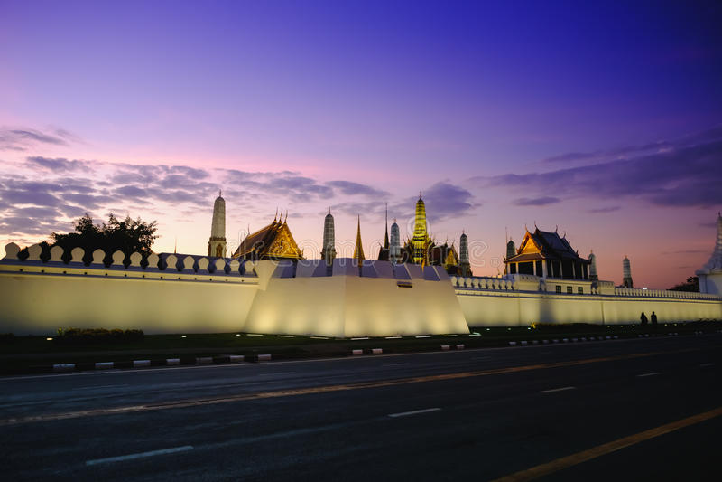 在街道的日落临近旁边盛大宫殿或绿宝石菩萨寺庙 免版税库存照片