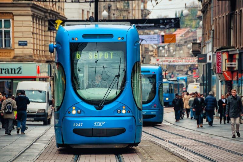 在街道的萨格勒布,克罗地亚蓝色电车 免版税库存照片