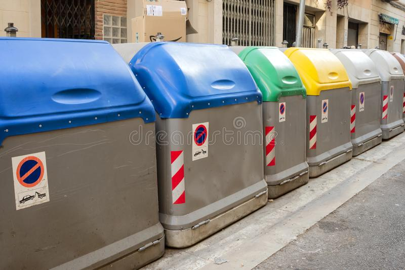 在街道的被分离的垃圾容器 回收 对塑料,有机,纸 免版税库存照片
