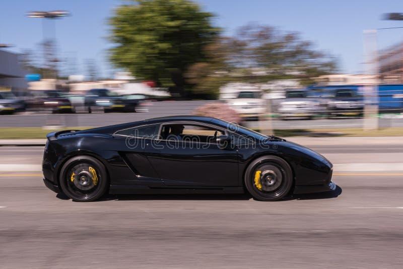 在街道的黑Lamborghini 库存图片