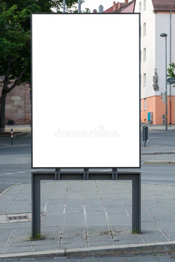在街道隔绝的空白的广告空间标志 免版税库存照片
