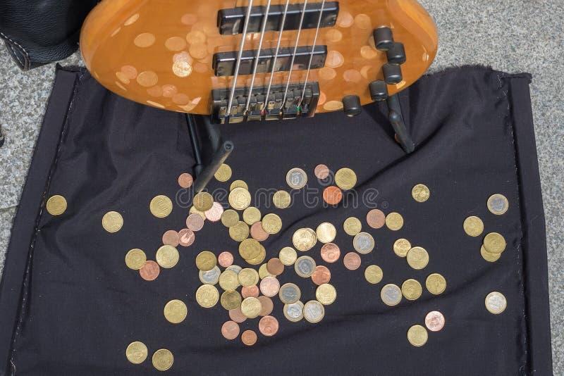 Download 在街道音乐家的吉他的附近硬币 库存照片. 图片 包括有 仪器, 远期, 国家(地区), 在附近, 投反对票 - 72368454