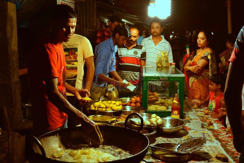 在街道食物摊位的夜生活 免版税库存照片
