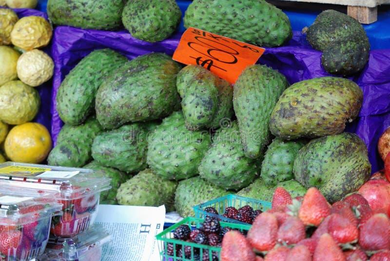 在街道食物的刺番荔枝在墨西哥 库存照片