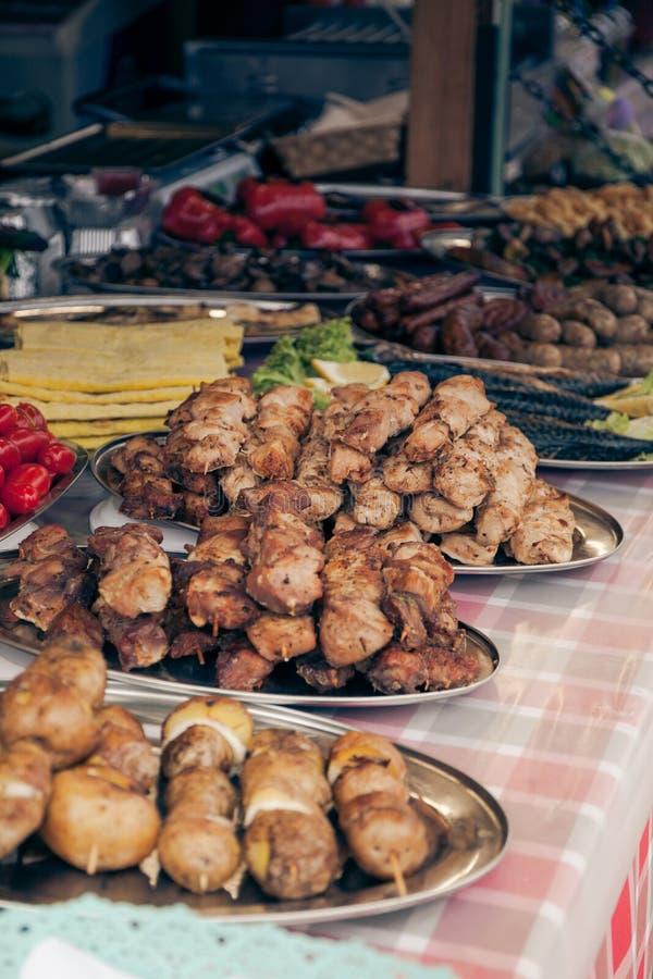 在街道食物节日的烤肉串  库存照片
