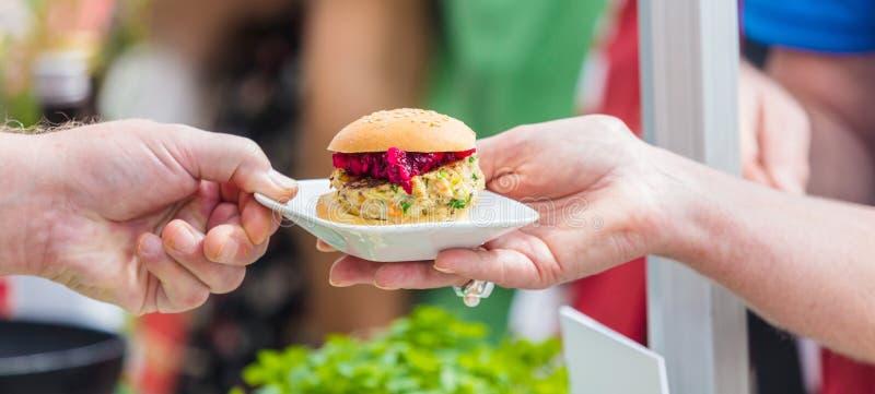 在街道食物节日的Vegitarian汉堡 免版税库存图片