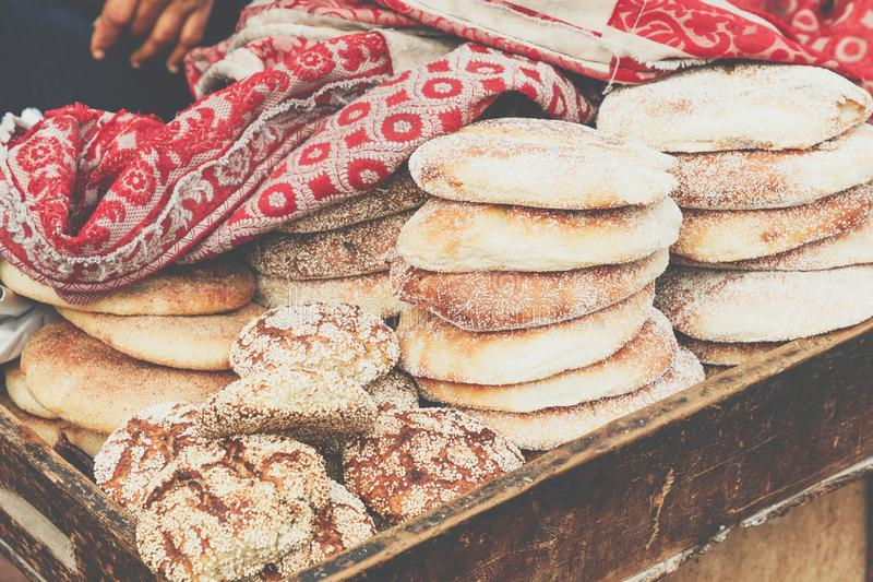 在街道食物s的典型的传统摩洛哥面包芝麻籽 免版税库存照片