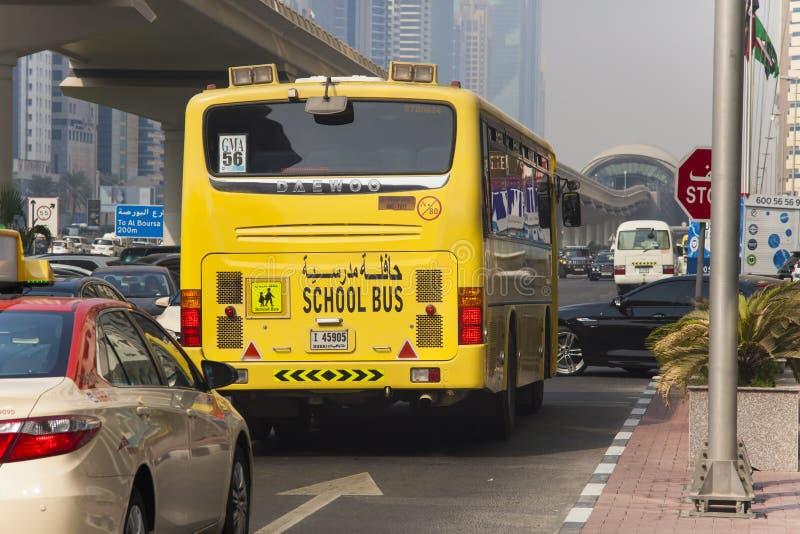 在街道驾驶的迪拜学校班车 阿拉伯酋长管辖区团结了 库存照片