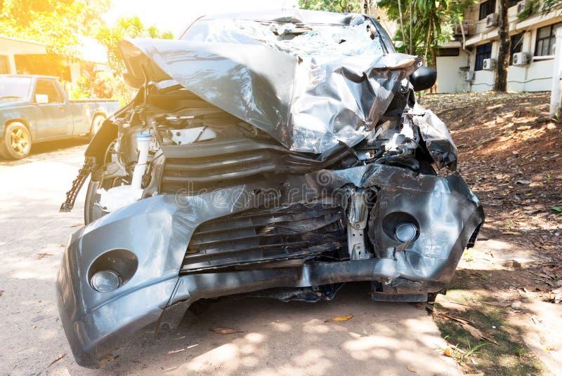 在街道,打破的汽车,在碰撞以后的损坏的汽车上的车祸事故 免版税库存照片