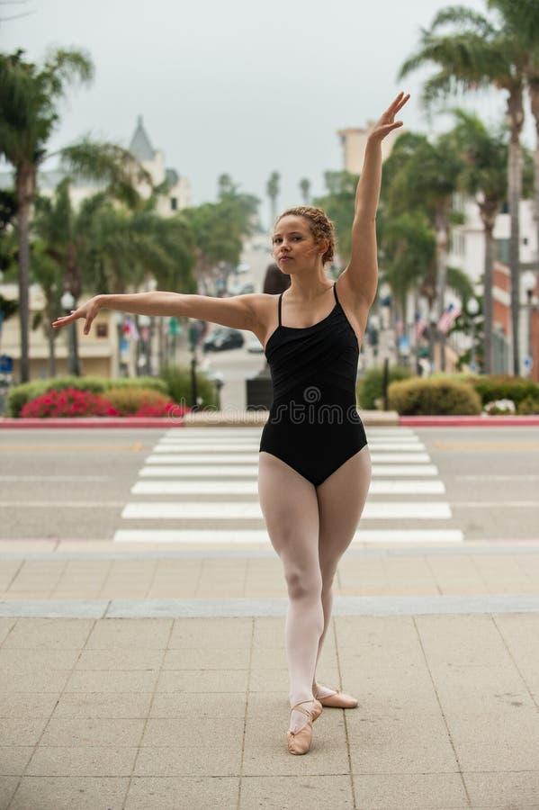 在街道水平的优美的芭蕾姿势 免版税库存图片