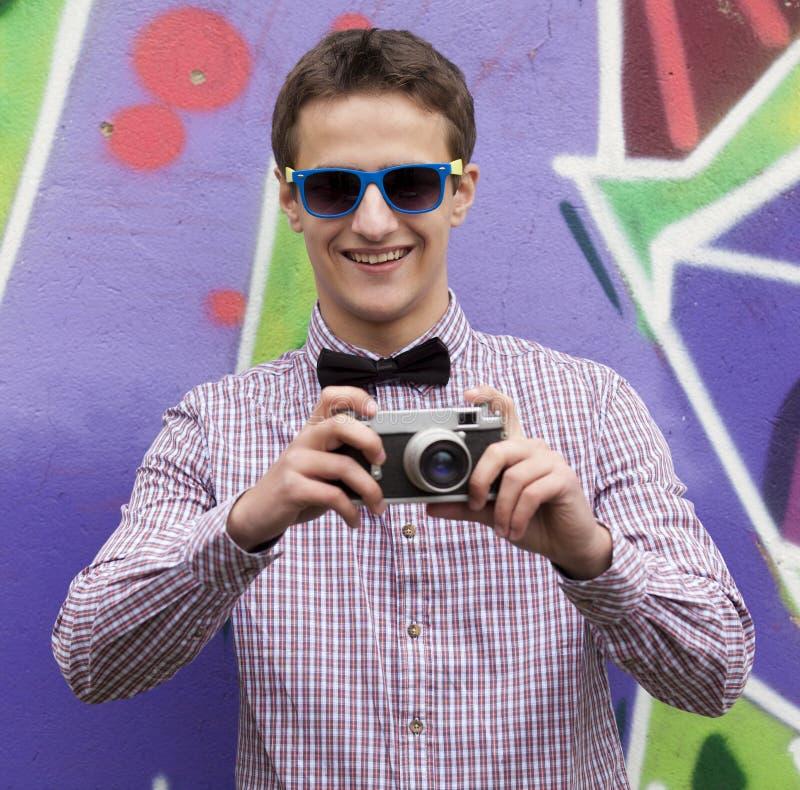 在街道画背景附近的样式青少年的男孩。 图库摄影