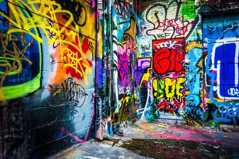 在街道画胡同,巴尔的摩,马里兰的五颜六色的设计 免版税图库摄影