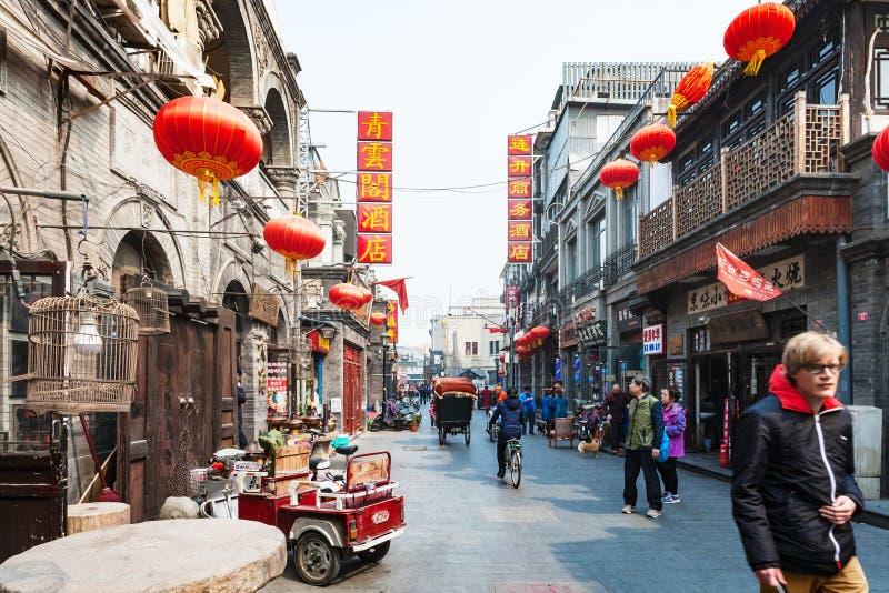 在街道Dashilan上的游人西部在北京 免版税库存照片