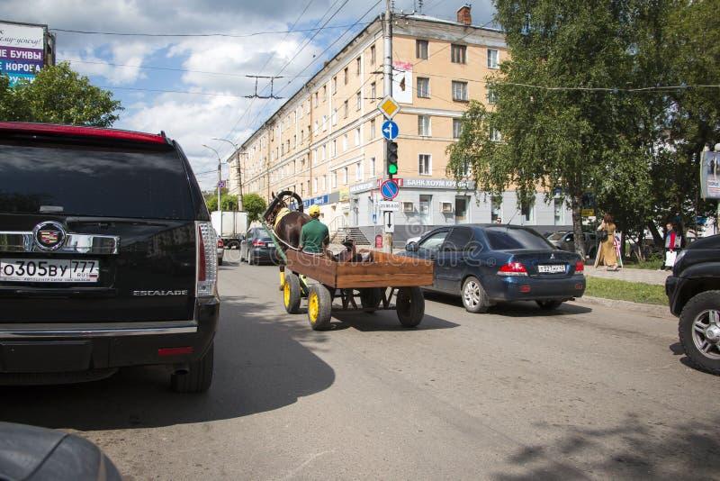 在街道Oktyabrskiy远景的马在基洛夫市 图库摄影