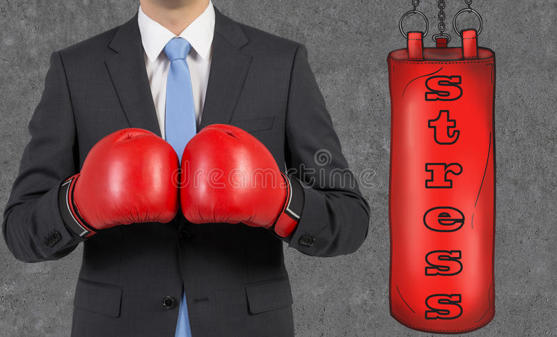 在衣服佩带的拳击手套的年轻商人 库存图片