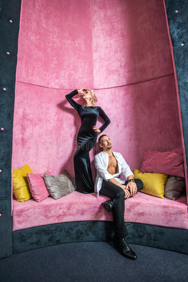 在衣服和晚礼服的年轻美好的夫妇 图库摄影