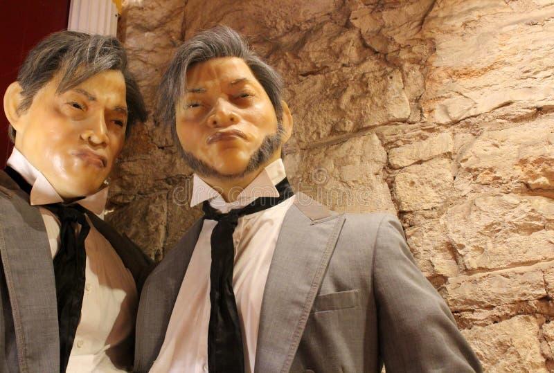 在衣服和领带穿戴的两个公时装模特在博物馆奇怪,奥斯汀得克萨斯里面,2018年 免版税图库摄影