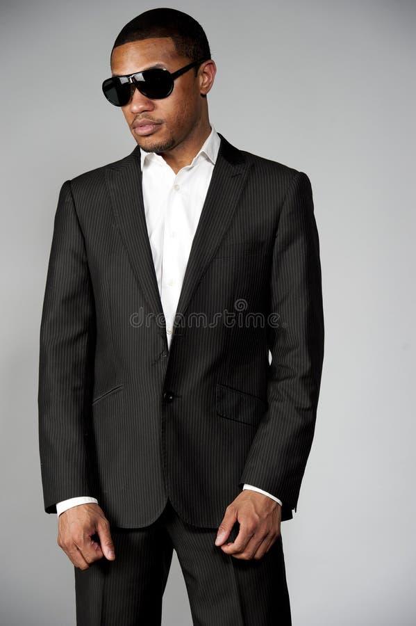在衣服的可爱的非裔美国人的男性 免版税库存图片