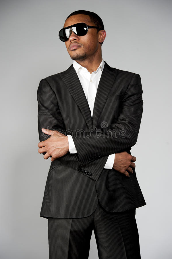 在衣服的可爱的非裔美国人的男性 库存图片