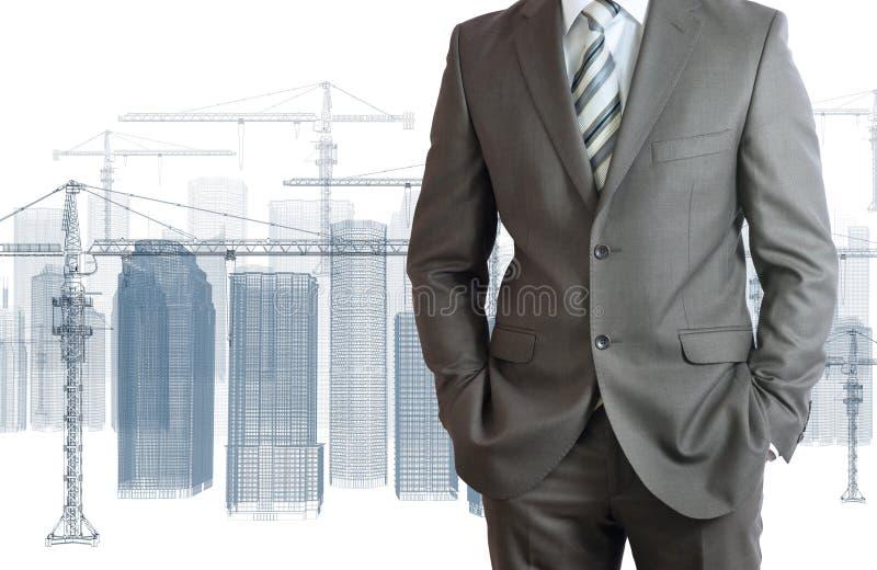 在衣服的商人。塔吊和摩天大楼 免版税库存图片