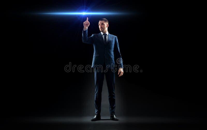 在衣服的商人指向手指的激光 免版税库存照片