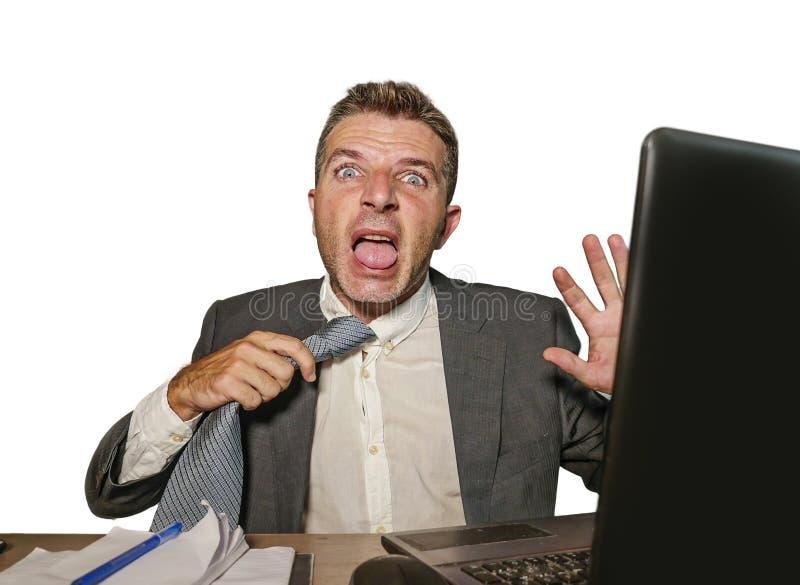 在衣服的尖叫生气和被淹没的运作在办公室手提电脑书桌的商人和领带绝望遭受的重音  库存照片