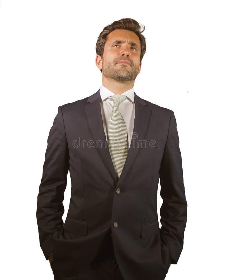 在衣服的年轻典雅和英俊的摆在为公司公司画象的商人和领带放松了和确信隔绝在wh 库存照片