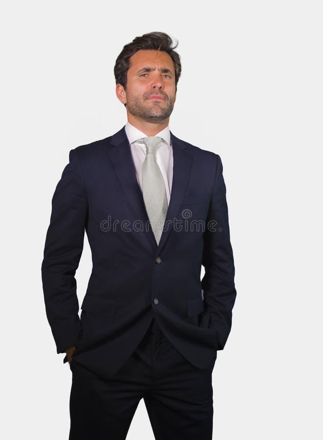 在衣服的年轻典雅和英俊的摆在为公司公司画象的商人和领带放松了和确信隔绝在wh 免版税库存图片