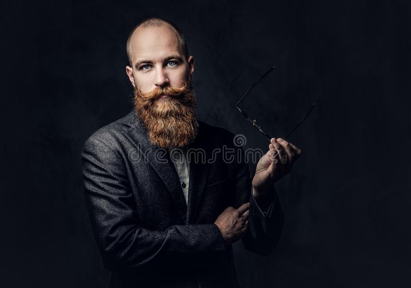 在衣服的红头发人有胡子的男性 免版税库存图片
