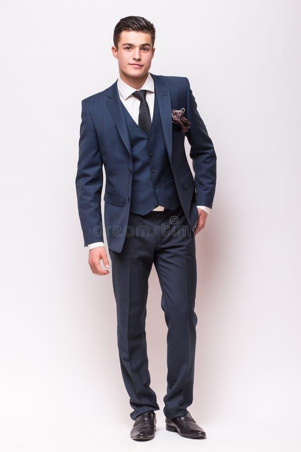 在衣服的英俊的年轻商人 免版税库存图片