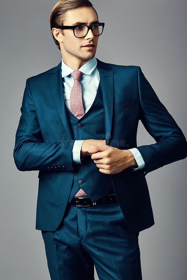 在衣服的年轻典雅的英俊的商人 免版税库存图片