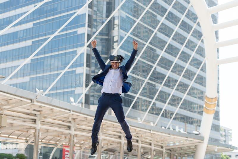 在衣服穿戴和虚拟现实玻璃的年轻亚洲商人 免版税库存照片