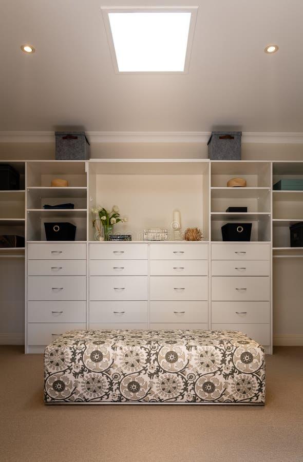 在衣橱的豪华步行或一国内家庭或家的不动产的化装室 免版税库存照片