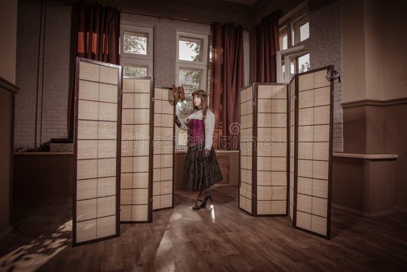 在衣裳打扮的年轻人仿照steampunk样式 库存照片