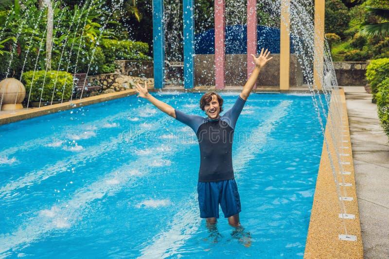 在衣裳的游泳教练员游泳的,在水池 库存图片