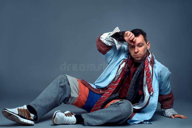 在衣裳销售以后的疲乏的男性消费者 免版税图库摄影