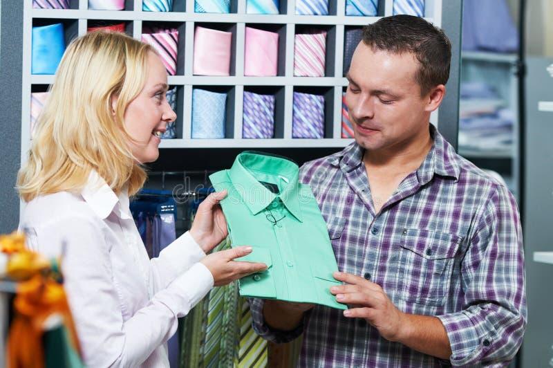 在衣裳购物的年轻夫妇 库存照片