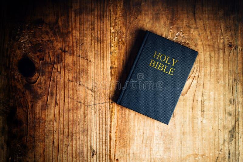 在表上的圣经 库存图片