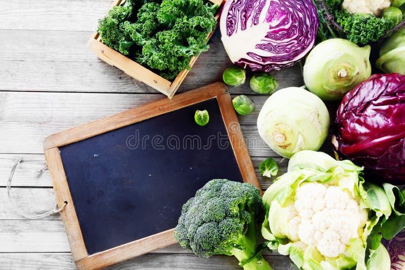 在表上的新鲜的沙拉菜与黑板 免版税库存图片