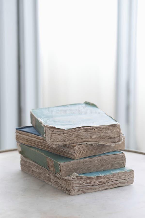 在表上的旧书 库存照片