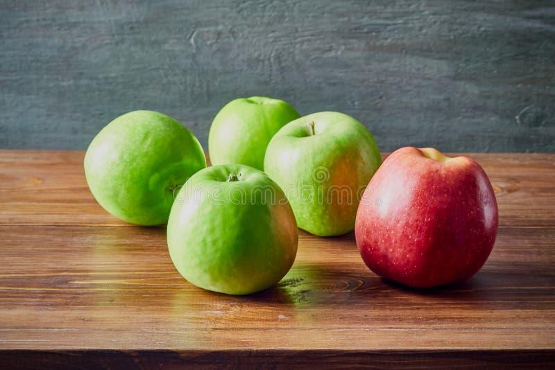 在表上的果子静物画 图库摄影