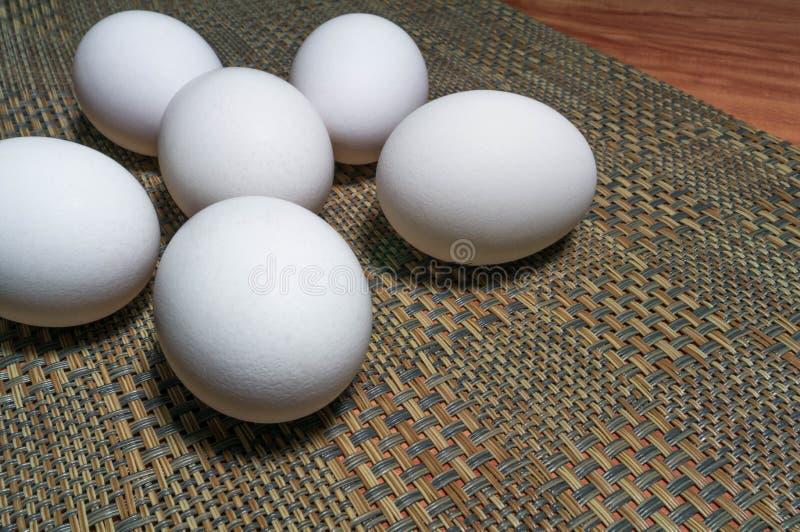 在表上的白鸡蛋 免版税库存照片