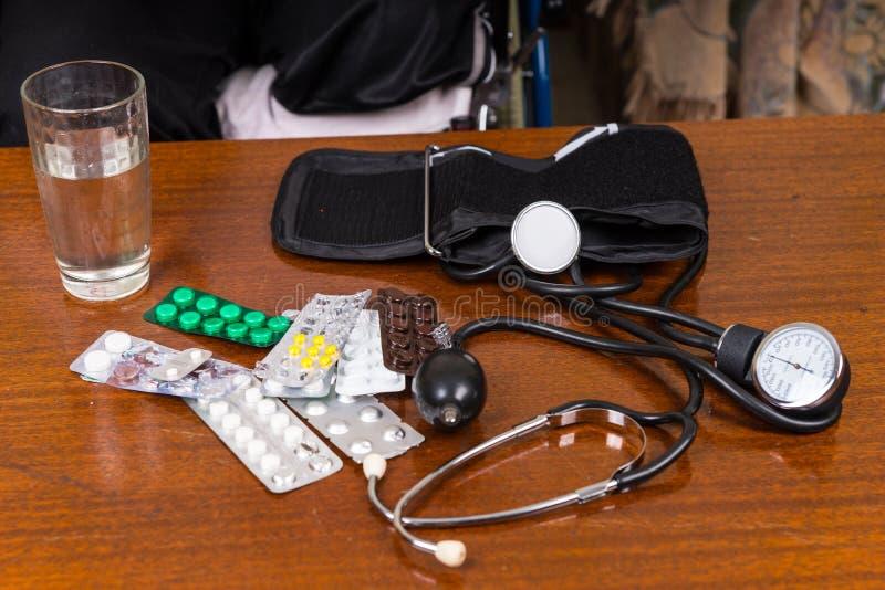 在表上的血压袖口与疗程 图库摄影