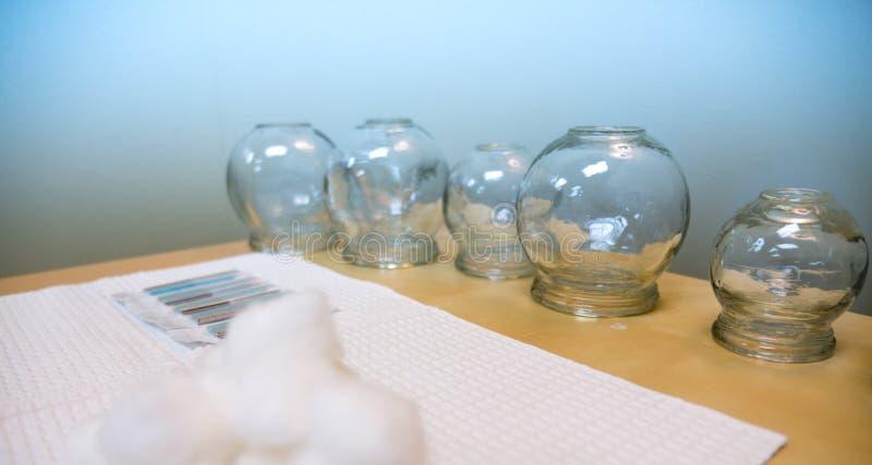 在表上的针灸医疗物资在治疗屋子里 免版税库存照片