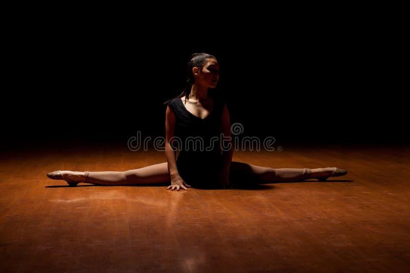 在表现中间的年轻舞蹈家 图库摄影