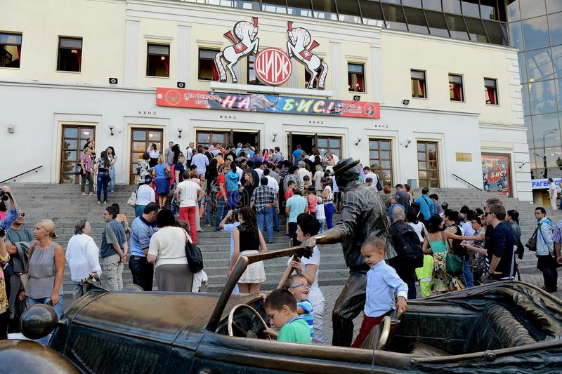 在表现前的观众在Tsvetnoy大道的莫斯科马戏 免版税库存图片