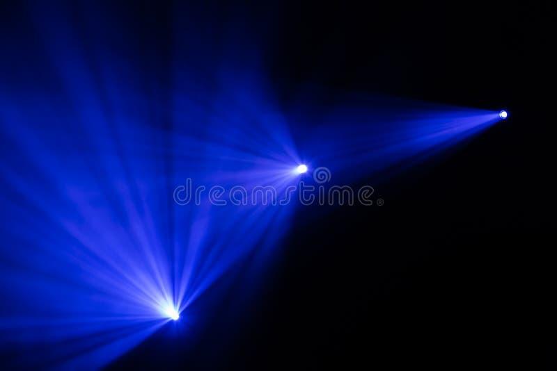 在表现期间,发出光线在阶段的戏剧性聚光灯 照明设备equipment.conference大厅泛光灯, 照明师 戏剧性烟 库存照片